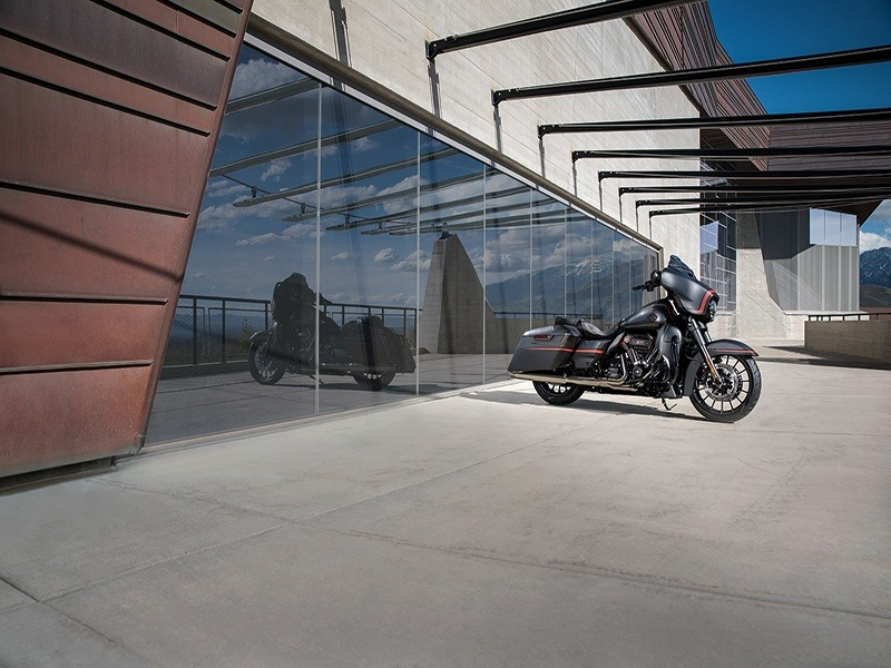 2018 Harley-Davidson CVO™ Street Glide® in Mauston, Wisconsin - Photo 4