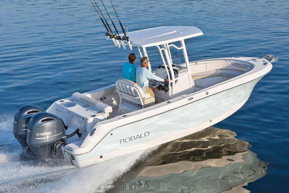 2017 Robalo R242 Center Console in Round Lake, Illinois