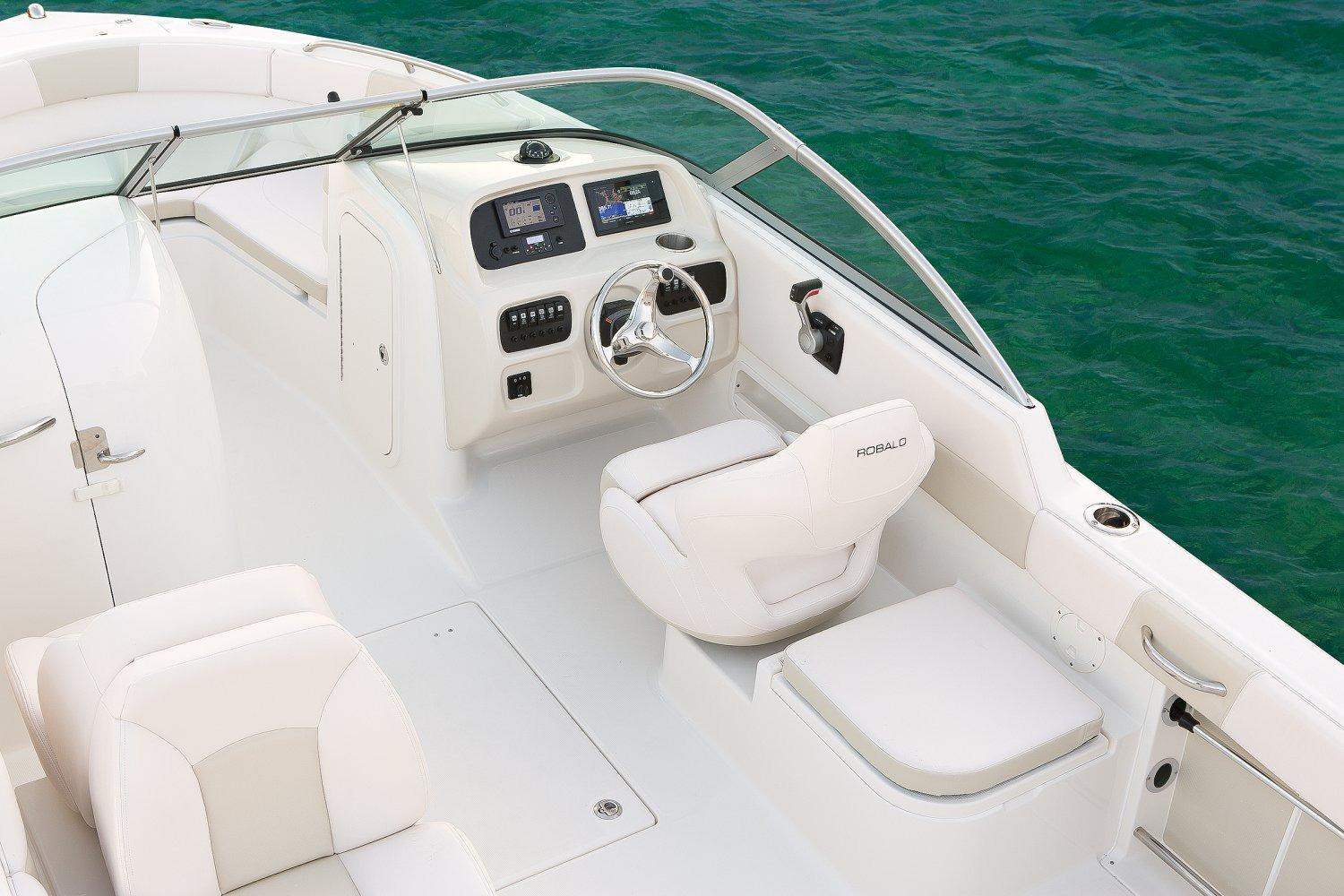 2017 Robalo R227 Dual Console in Round Lake, Illinois
