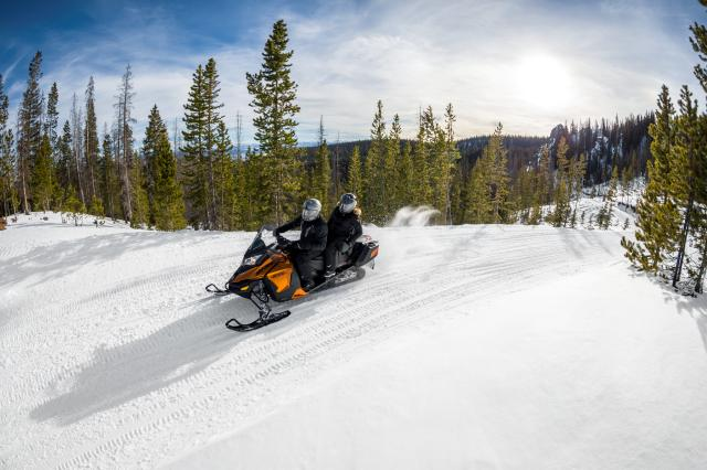 2018 Ski-Doo Grand Touring SE 1200 4-TEC ES Ripsaw 1.25 STIS in Ironwood, Michigan