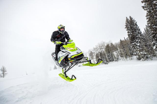 2018 Ski-Doo Renegade X-RS 850 E-TEC ES w/ Adj. Pkg. Ripsaw 1.5 in Clarence, New York - Photo 4